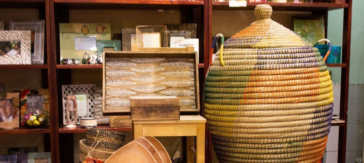 Artículos de artesanía en la tienda de Comercio Justo de SETEM