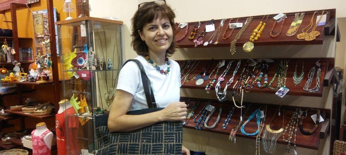Carmen, voluntaria de la tienda de Comercio Justo