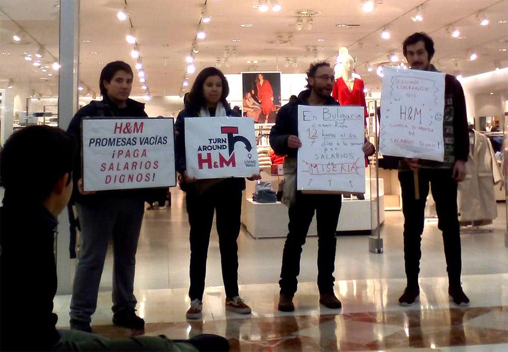 Denuncia de las promesas vacías de H&M frente a una tienda de Pamplona